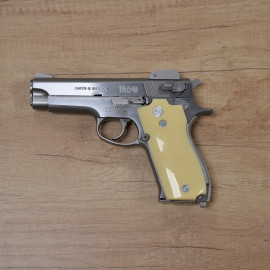 Pistolet Smith & Wesson...